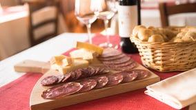 Итальянские закуски салями и сыра Стоковые Изображения RF