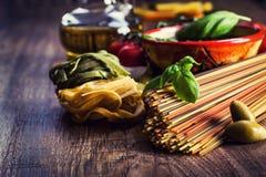Итальянские и среднеземноморские пищевые ингредиенты на старой деревянной предпосылке Стоковое фото RF