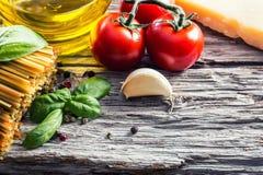 Итальянские и среднеземноморские пищевые ингредиенты на старой деревянной предпосылке Стоковые Изображения RF