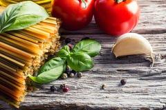 Итальянские и среднеземноморские пищевые ингредиенты на старой деревянной предпосылке Стоковое Изображение