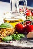 Итальянские и среднеземноморские пищевые ингредиенты на старой деревянной предпосылке Стоковая Фотография
