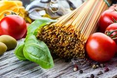 Итальянские и среднеземноморские пищевые ингредиенты на старой деревянной предпосылке Стоковая Фотография RF