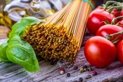 Итальянские и среднеземноморские пищевые ингредиенты на старой деревянной предпосылке Стоковые Фотографии RF