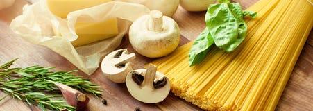Итальянские макаронные изделия, сырцовая еда для варить Взгляд сверху, взгляд сверху скопируйте космос Темная предпосылка знамена Стоковая Фотография