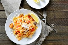 Итальянские макаронные изделия с морепродуктами на белой плите Стоковые Фото