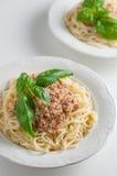 Итальянские макаронные изделия с соусом на плите Стоковое фото RF