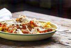 Итальянские макаронные изделия с томатным соусом, копченым pancetta, зажаренной в духовке миндалиной стоковые изображения rf
