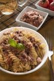Итальянские макаронные изделия с тунцом, черными перцами и томатами Стоковые Фото