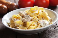 Итальянские макаронные изделия alfredo цыпленка Стоковые Фото