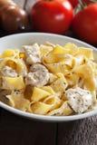 Итальянские макаронные изделия alfredo цыпленка Стоковая Фотография