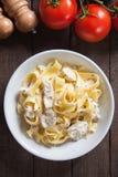 Итальянские макаронные изделия alfredo цыпленка Стоковые Фотографии RF