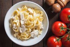 Итальянские макаронные изделия alfredo цыпленка Стоковые Изображения RF