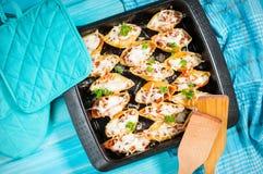Итальянские макаронные изделия Conchiglioni Rigati заполненное с сыром и мясом на голубой деревянной таблице Стоковые Изображения RF