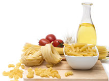 Итальянские макаронные изделия, quills макарон с томатами вишни и оливковое масло в стеклянной бутылке Стоковая Фотография RF
