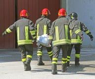 Итальянские пожарные с РАНЕНЫМ Стоковые Фотографии RF