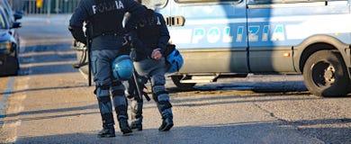 Итальянские полисмены с броневой машиной во время управления анти--терроризма Стоковая Фотография RF