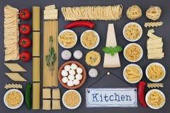 Итальянские свежие и высушенные пищевые ингредиенты стоковое фото