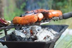 Итальянские сосиски варя на гриле Hibachi Стоковые Изображения RF