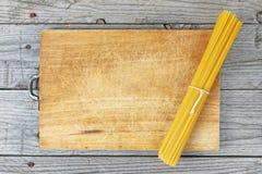 Итальянские спагетти еды Стоковая Фотография RF