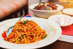 Итальянские спагетти с томатным соусом Стоковые Изображения RF