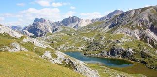 Итальянский ландшафт горы с озером в природном парке Dolomiti FANES Стоковое Изображение RF