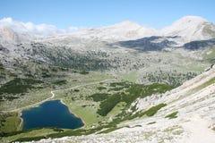 Итальянский ландшафт горы с озером в природном парке Dolomiti FANES Стоковое фото RF