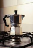 Итальянский винтажный кофейник на плите кухни Стоковая Фотография