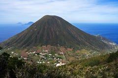 Итальянский вулкан горы Эоловых островов в Сицилии стоковое фото