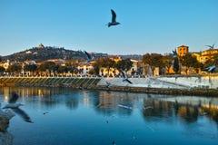 Итальянский город на ландшафте реки заходом солнца Стоковое Изображение