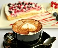 Итальянский завтрак с тортом капучино и плодоовощ Стоковое Фото