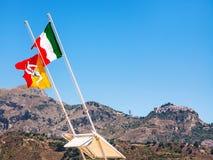 Итальянский и сицилийский флаттер флагов ветром стоковое изображение