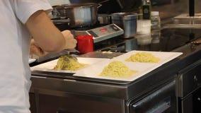 Итальянский кашевар подготавливая блюдо с трюфелями в Mercato Centrale, Флоренсе, Италии видеоматериал