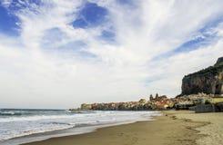 Итальянский красивый пляж в Сицилии, туристском месте, временени Стоковое Фото