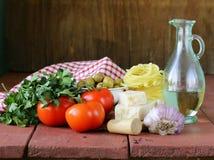 Итальянский натюрморт еды - макаронные изделия, оливковое масло, томаты Стоковые Изображения RF