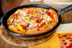 Итальянский обедающий с пиццей и свежими ингридиентами Стоковые Изображения