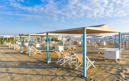 Итальянский пляж песка, dei Marmi сильной стороны, Versilia Стоковая Фотография RF