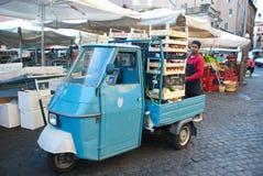 Итальянский работник тележки и продукции Стоковые Изображения