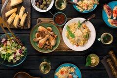 Итальянский ризотто, зажаренные в духовке ноги цыпленк цыпленка, закуски и вино Стоковое фото RF