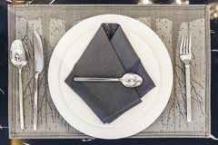Итальянский современный модельный дом: Белая плита и голубая салфетка с комплектом Dinning серебряной ложки и вилки Стоковое Фото