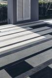 Итальянский современный модельный дом: Внешняя плитка пола с голубой, серой и белой картиной Стоковые Фото