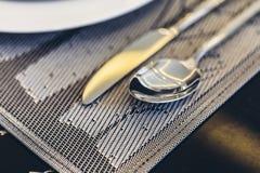 Итальянский современный модельный дом: Комплект Dinning серебряной ложки и ножа Стоковое Изображение RF