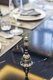 Итальянский современный модельный дом: Серебряный колокол на таблице Dinning Стоковые Изображения RF