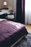 Итальянский современный модельный дом: Фиолетовая деталь одеяла в спальне Стоковые Фотографии RF