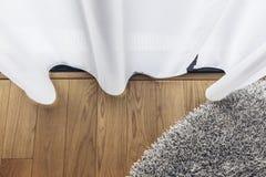 Итальянский современный модельный дом: Ясный занавес с деревянным полом и серым ковром Стоковое Изображение