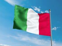 Итальянский флаг развевая в голубом небе Стоковые Изображения