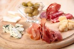 Итальянский antipasto с ветчиной, оливкой, сыром Стоковые Изображения