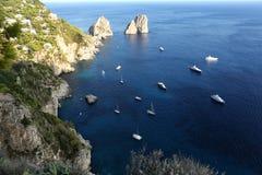 Итальянский seascape с утесами и кораблями Стоковое Изображение