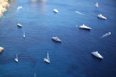 Итальянский seascape с утесами и кораблями Стоковое фото RF