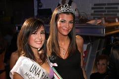 2 итальянских модели девушек усмехаясь в известном конкурсе красоты Стоковые Изображения