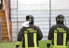 2 итальянских пожарного с формой с написанной ПЕРЕСТРЕЛКОЙ Стоковое Фото